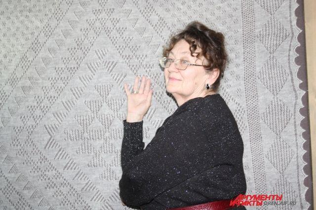 Лариса Колодынская на фоне знаменитой паутинки.