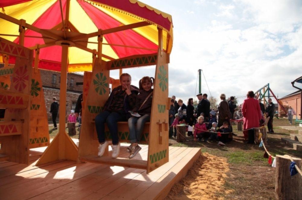 Рядом стайка девчонок чинно рассаживается на скамейки в карусели, воссозданной по старинным чертежам. Только здесь, в Каргинской, можно на ней покататься.