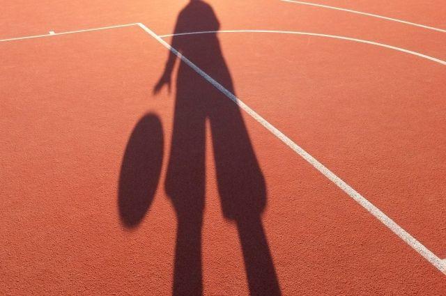 Девочка занималась в секции по баскетболу.
