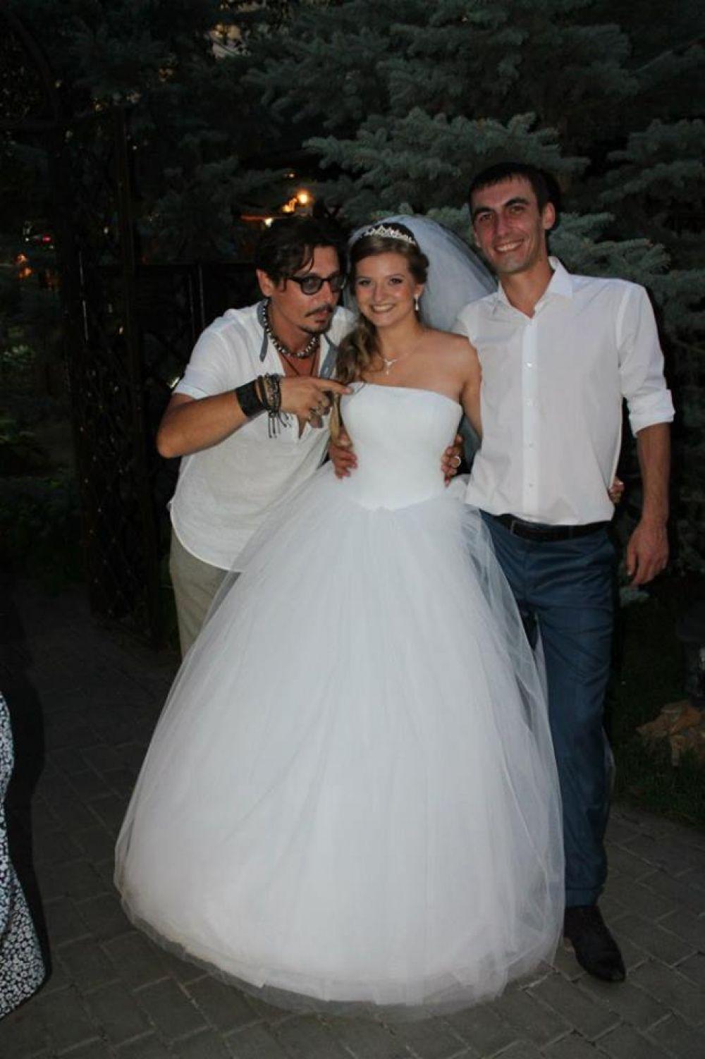 Ростовский Джонни Депп принимает участие в свадебном торжестве друзей семьи - Натальи Кузьмичёвой и её мужа.
