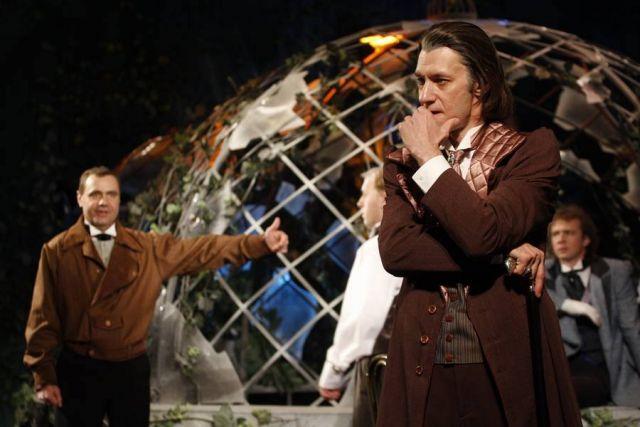 Александр Сучков считает, что зритель не прощает фальши на сцене, для успеха постановки в спектакль надо вложить душу.