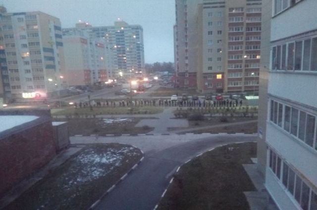 В очереди жители стоят каждое утро и не могут уехать.