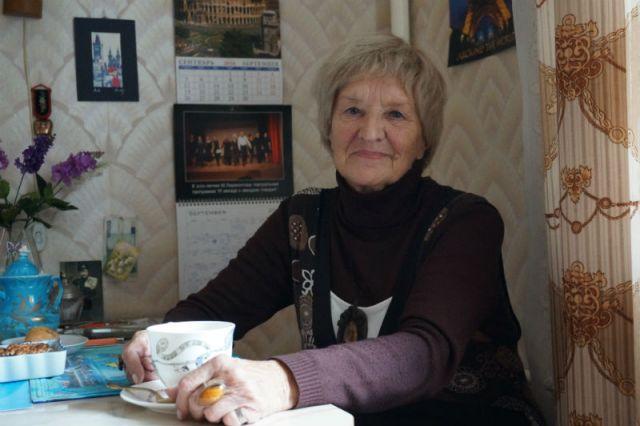 Обратите внимание: за спиной у Нонны Михайловны календарь, исписанный её рукой. Это перечень выставок, кинопоказов, концертов, спектаклей, лекций и прочих мероприятий, которые она планирует посетить в текущем месяце.