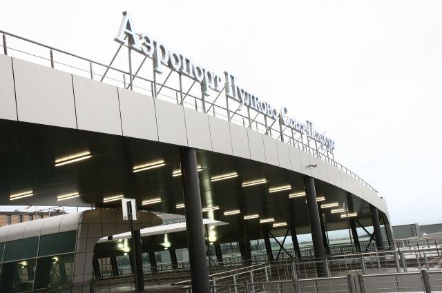 Пассажиров рейса Lufthansa высадили изсамолета в«Пулково» из-за трудностей сагрегатом
