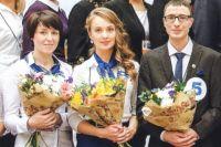 Надежда Расторгуева (в центре) из Калининграда стала лучшим почтальоном Северо-Западного округа в 2016 году.