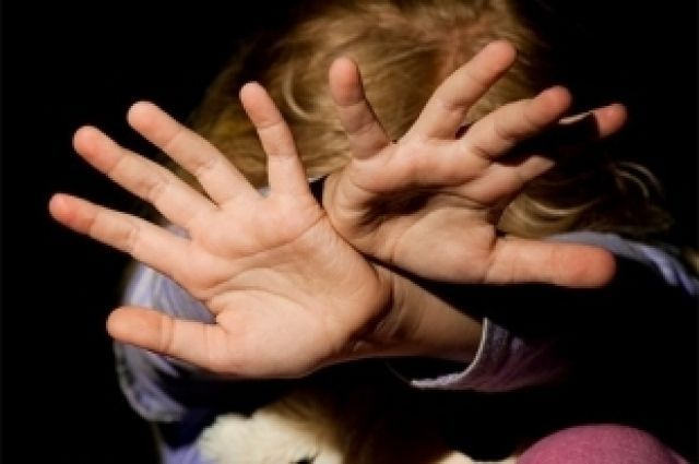 Женщина убежала за помощью, оставив дочь с разъярённым мужчиной