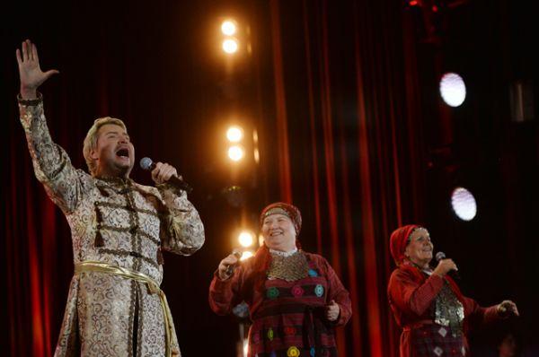 9 место: Николай Басков и участницы фольклорного коллектива «Бурановские бабушки» выступают на праздничном концерте в честь Дня России на Красной площади, 2016 год.