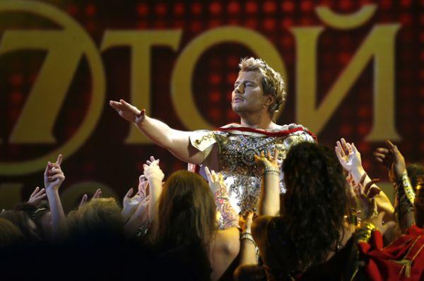 3 место: Николай Басков во время своего выступления на XVII ежегодной церемонии вручения народной музыкальной премии «Золотой граммофон» в Государственном Кремлевском Дворце, 2012 год.