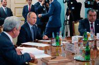 Владимир Путин, президент Армении Серж Саргсян (слева) и президент Таджикистана Эмомали Рахмон (справа) во время заседания в Ереване Совета коллективной безопасности ОДКБ.