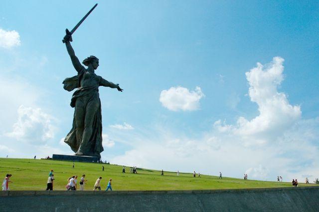 Центральную фигуру Мамаева кургана предлагали покрыть золотом, перенести в степь и признавали одним их самых абсурдных строений времен СССР.
