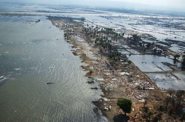 7 место: подводное землетрясение в Индийском океане в 2004 году вызвало цунами, которое было признано одним из самых смертоносных бедствий в современной истории. Магнитуда землетрясения составила, по разным оценкам, от 9,1 до 9,3. Цунами достигло берегов нескольких стран Юго-Восточной Азии. В Шри-Ланке погибли 35 399 человек.