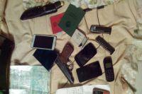 Множество телефонов нашли у подозреваемого.