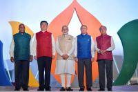 Президент РФВладимир Путин насовместном фотографировании лидеров БРИКС виндийской национальной одежде вотеле «Тадж Экзотик» индийского штата Гоа.