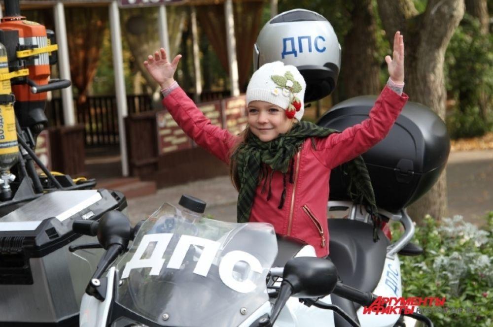 У детей особой популярностью пользовался мотоцикл ДПС.