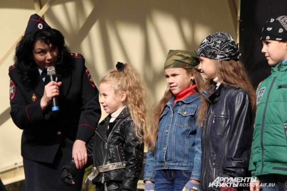 Вела детский конкурс капитан полиции Галина Высоцкая.