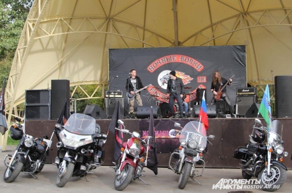 Перед собравшимися выступала с концертом ростовская рок-группа «The Hobots».