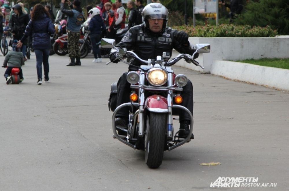 Перед сбором в парке байкеры проехали по центру Ростова.