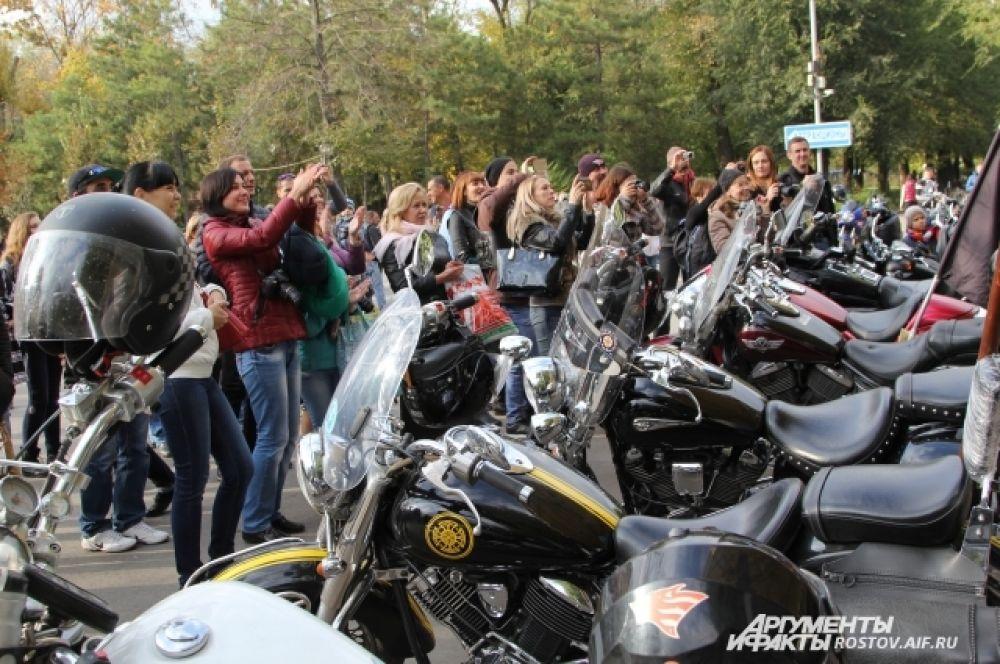 Активнее всех поддерживали участников конкурса мамы будущих байкеров. Организаторы обещали проводить регулярно праздник закрытия мотосезона.