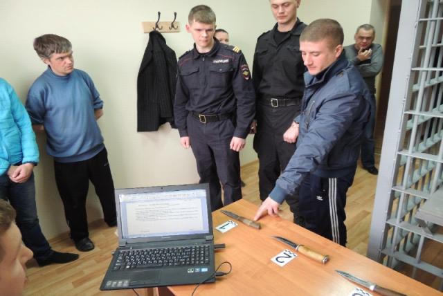 Илья Беззубов опознает орудия преступлений.