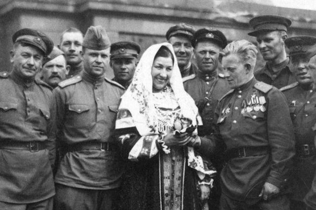 Лидия Русланова в Берлине. 1945 год.