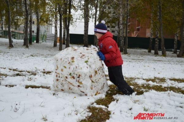 Дети, которые пришли и как гости, и как пассивные участники, не всегда обращали внимание только на собак - первый покрывший землю снег вдруг захотелось скатать в снеговика. Интересный получился бы снеговик с листьями?
