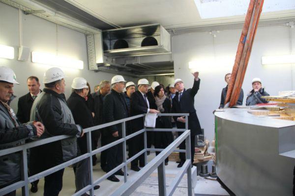 Гувбернатор Морозов оценивает масштабы проекта.