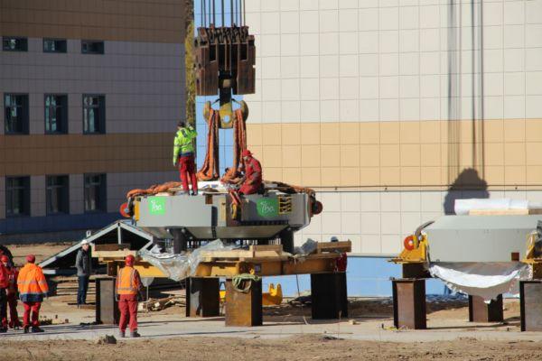 Нижняя часть ускорителя весит 125 тонн (столько же весит и верхняя часть, которую установят позже).