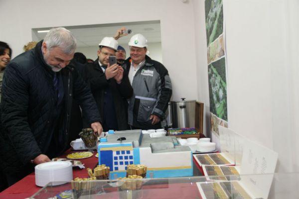 Почётное право разрезать торт получил руководитель федерального медико-биологического агентства (ФМБА) России Владимир Уйба.