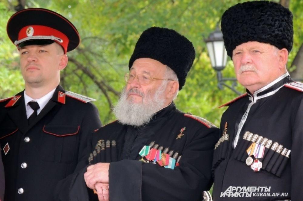 В числе почетных гостей праздника был бывший атаман войска Владимир Громов (в центре), внесший огромный вклад в возрождение казачества на Кубани.