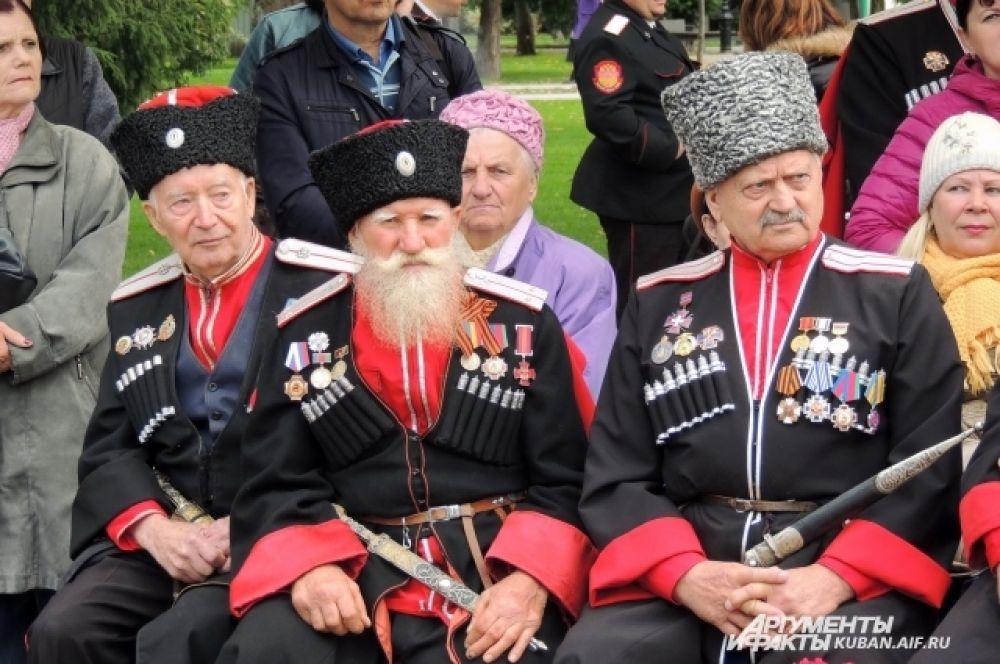 Старейшины наблюдали за праздником сидя.