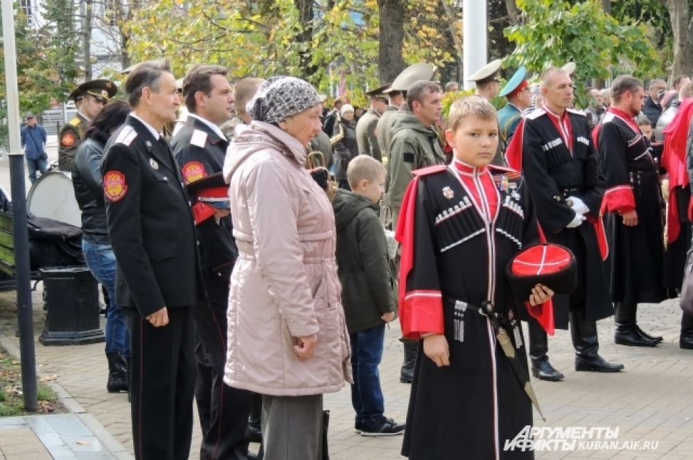 Казаки и казачата слушали молебен без головных уборов.