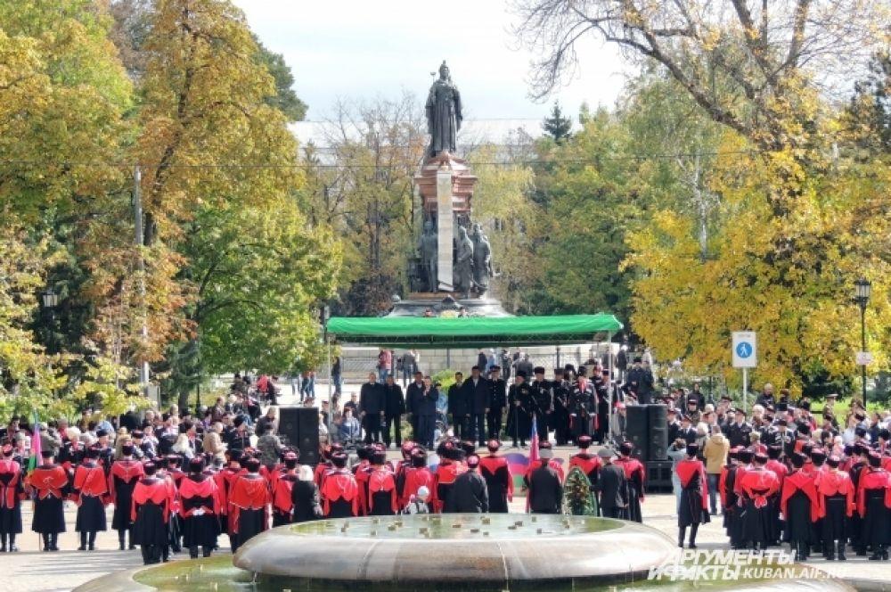 Праздник проходил на фоне памятника Екатерине II.