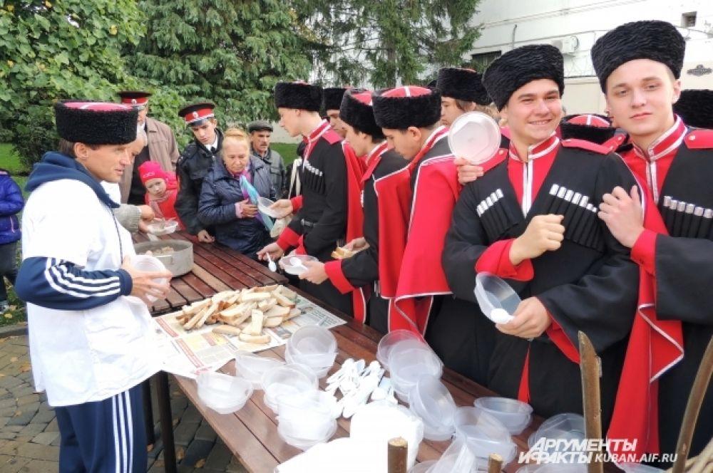 По окончании официальной части праздника все казаки могли подкрепиться в полевой кухне.