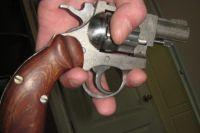 Коллекционер продавал оружие на рынке.