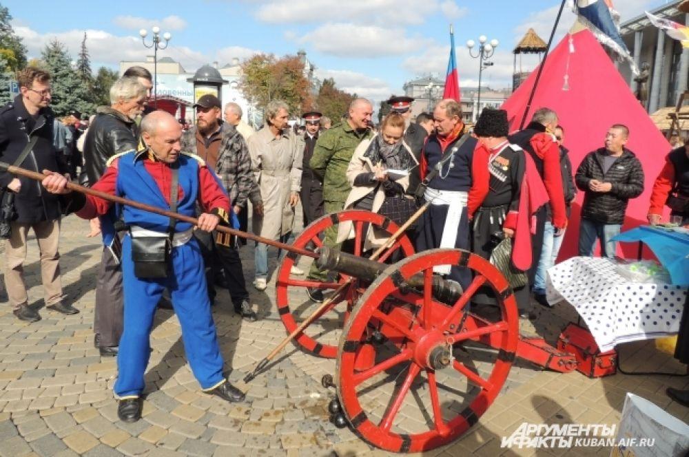 Старинные пушки не просто украшали праздник, но и давали громкие залпы холостыми зарядами.