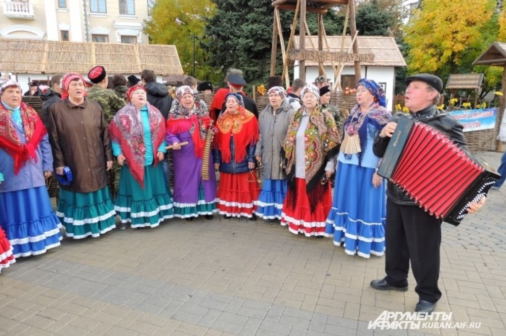 Атмосферу праздника создавали веселые казачьи песни.