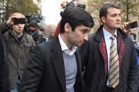 Руслан Шамсуаров (слева) после оглашения приговора у здания Гагаринского суда Москвы.