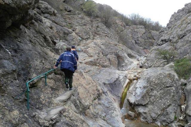 Севастопольские cотрудники экстренных служб пришли напомощь парню, сорвавшемуся соскалы