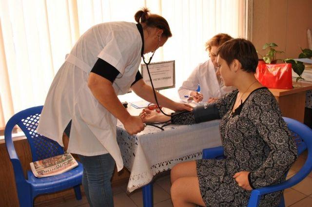 Жителям Романовской проверили уровень глюкозы в крови, измерили давление, рост, вес, подсчитали индекс массы тела и дали индивидуальные рекомендации.