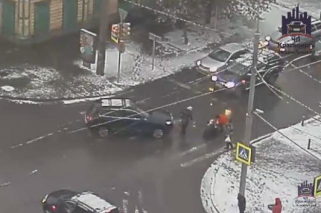 Женщина 45 лет переходила дорогу на зелёный свет светофора.