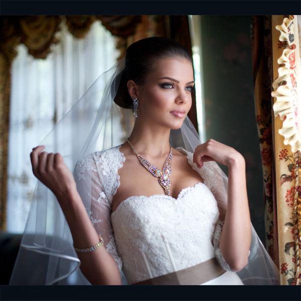 Несколько лет назад она вышла замуж и очень счастлива в браке.