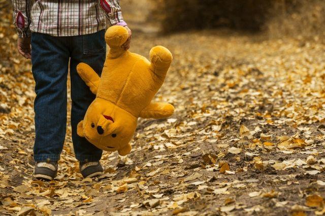 Мальчик ушел на улицу без верхней одежды.