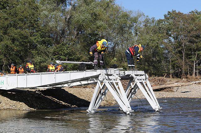 Из-за размытых дорог и разрушенных мостов некоторые населённые пункты в Приморье оказались ещё и отрезаны от цивилизации.