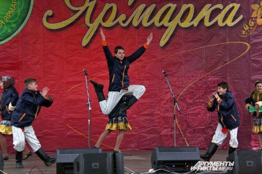 Развлекательная программа ярмарки традиционно собирает зрителей у главной сцены