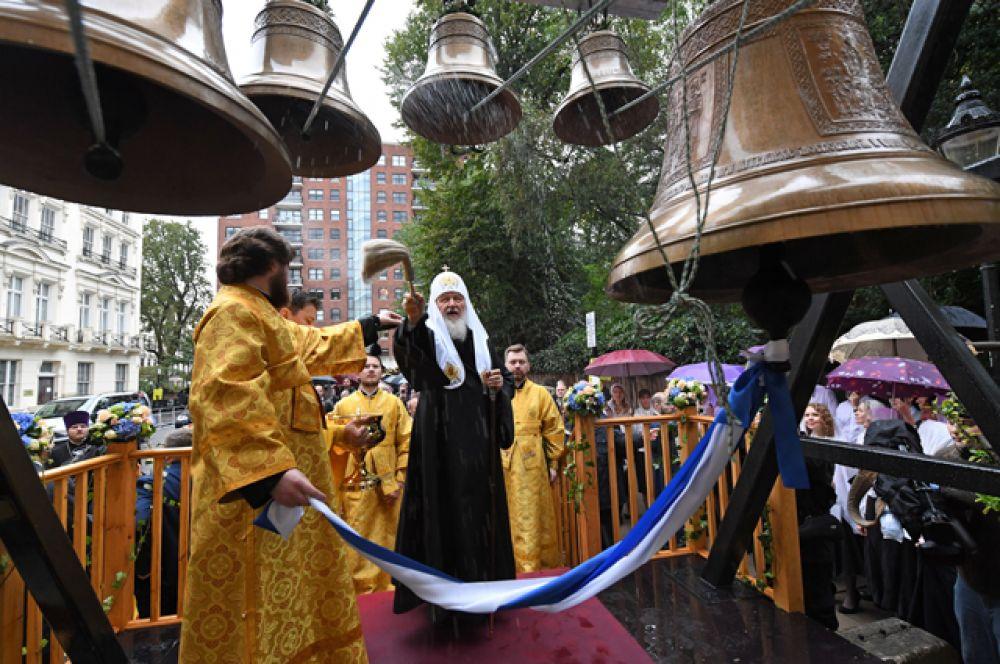 На следующий день предстоятель РПЦ освятил Успенский кафедральный собор, колокола и фрески на наружной стене храма и провел в нем литургию.