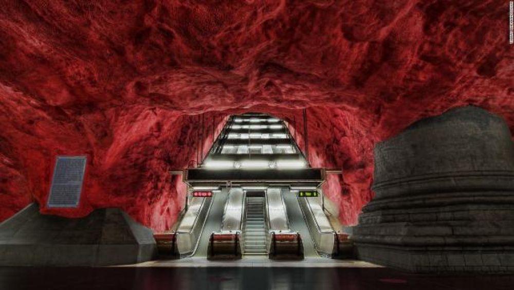 Кто бы мог подумать, что метро может выглядеть вот так? Эта станция метрополитена Родхусет находится в шведском Стокгольме. Выглядит одновременно красиво и зловеще