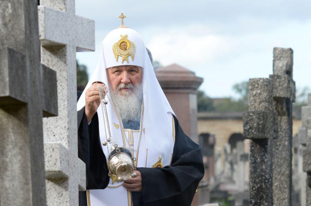 Патриарх Московский и всея Руси Кирилл освятил новое надгробие на месте захоронения митрополита Сурожского Антония на Бромптонском кладбище.