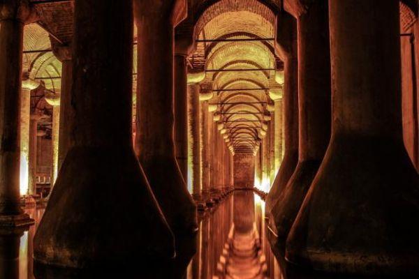 Еще одна подземная достопримечательность из Турции. Собор называется Базилика Цистерна и находится в Стамбуле