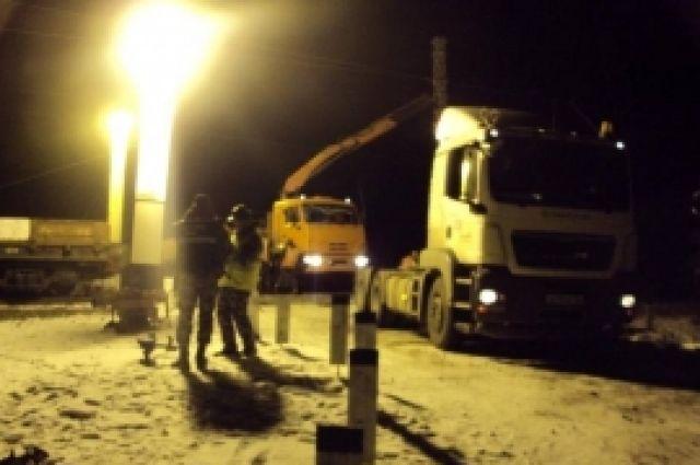 Водитель грузовика выехал на переезд железной дороги на запрещающий сигнал светофора.