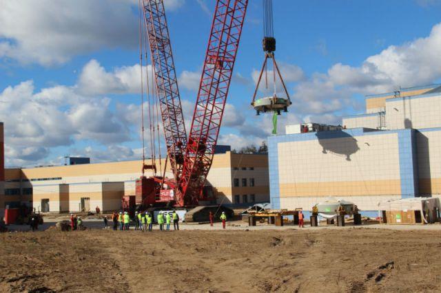 Нижняя часть ускорителя весом 125 тонн через крышу устанавливается внутрь корпуса.